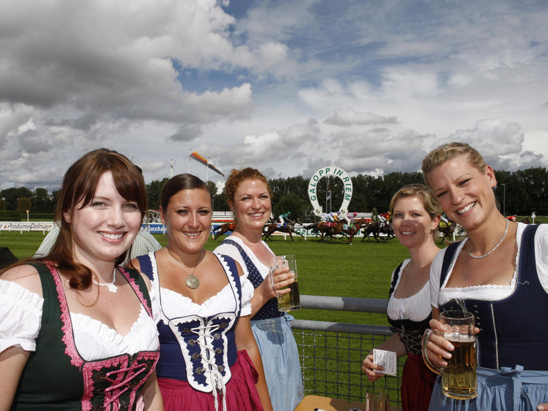 Galopp in Tracht lautet das Motto am Münchner Traditionsrenntag. (Foto: M. Rühl)
